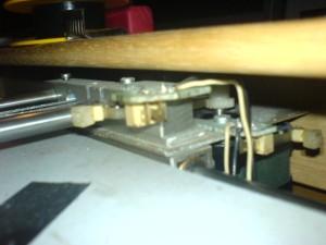"""Die Schrittmotoren """"ziehen"""" an nicht dehnbaren Metallschnüren den Stiftwagen hin und her"""
